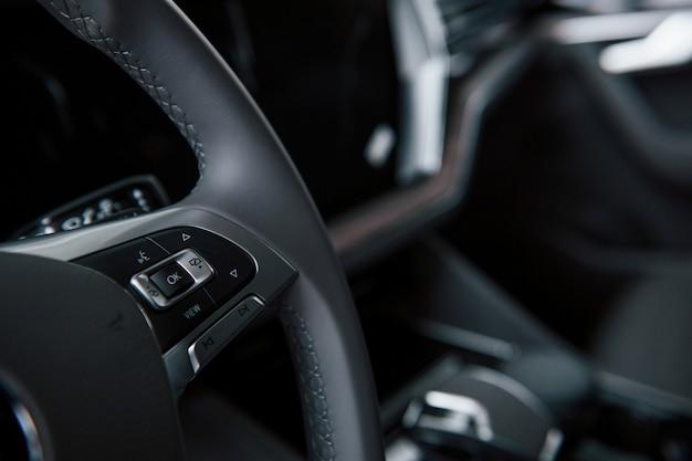 Pulsanti per indicatori di direzione e altro ancora. vista ravvicinata degli interni della nuovissima automobile di lusso moderna