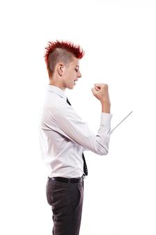 Punk dai capelli rossi serio facendo uso della compressa