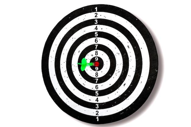 Punta con la freccia al centro. colpire il bersaglio. freccia verde al centro. isolato