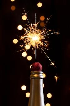 Punta della bottiglia vista frontale con fuochi d'artificio