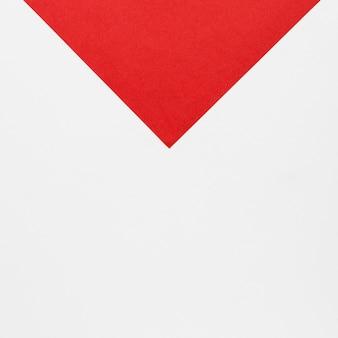 Punta di freccia rossa piana su fondo bianco
