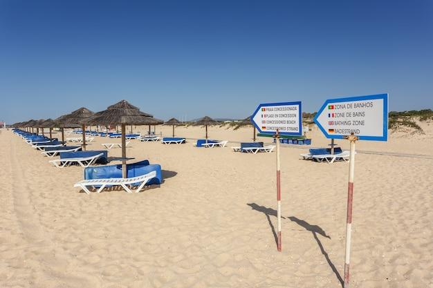 Puntatori per un'area ricreativa per prendere il sole. lettini e ombrelloni.