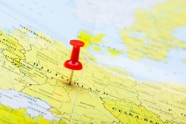 Punti di destinazione di viaggio su una mappa indicata con puntine da disegno colorate