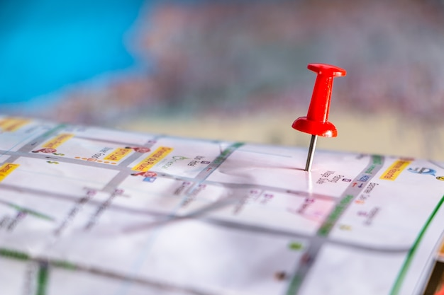 Punti pin destinazione di viaggio su una mappa con colorato con messa a fuoco selezionata.