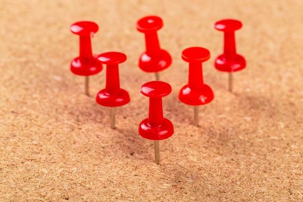 Puntina rossa appuntata alla bacheca