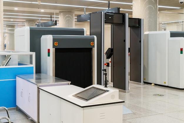 Punto di controllo della sicurezza aeroportuale con metal detector