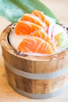 Punto di messa a fuoco selettiva sashimi di salmone fresco crudo