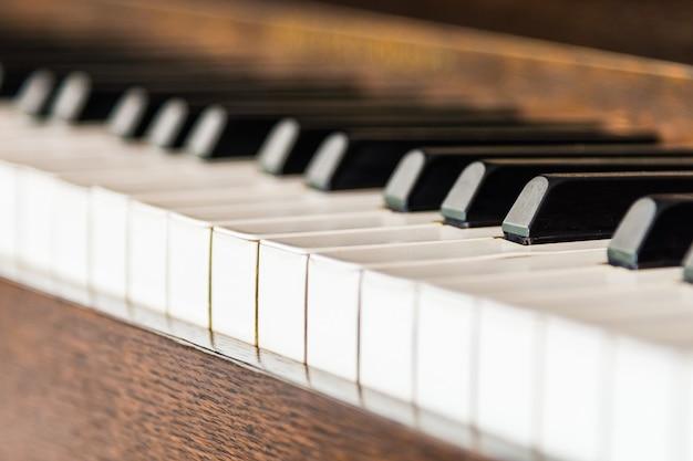 Punto di messa a fuoco selettiva sui tasti del pianoforte vintage