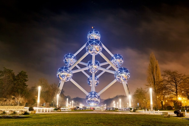 Punto di riferimento di atomium edificio di notte