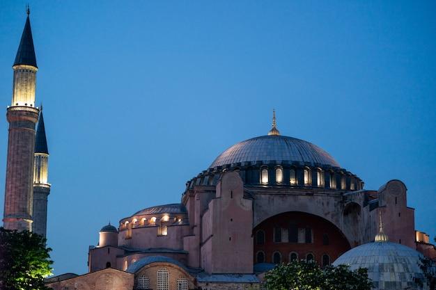Punto di riferimento di hagia sophia (ayasofya) nel parco di sultan ahmet a istanbul, turchia.