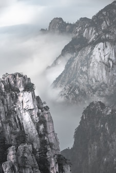 Punto di riferimento di viaggio della montagna di huangshan con gli alberi di pino, provincia della cina anhui.