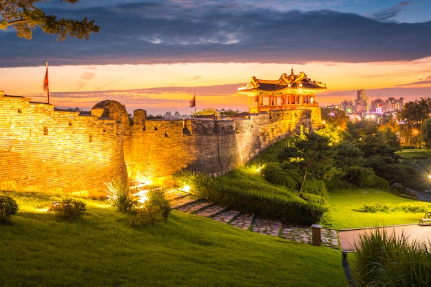 Punto di riferimento e parco della corea dopo il tramonto, architettura tradizionale a suwon, fortezza nel tramonto, corea del sud di hwaseong.