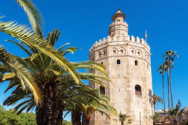 Punto di riferimento medievale della torre dell'oro di torre del oro dall'inizio del xiii secolo in siviglia, spagna, regione dell'andalusia.