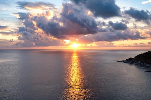 Punto di vista bel tramonto sul mare