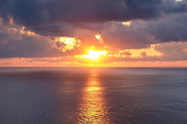 Punto di vista bellissimo tramonto sul mare