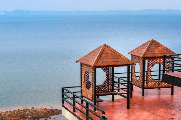 Punto di vista del bacino idrico bangpha chonburi, tailandia con cielo blu