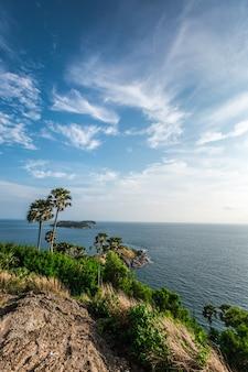 Punto di vista del capo di phromthep e cielo piacevole a phuket, tailandia