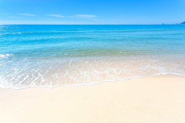 Punto di vista del paesaggio di rilassamento di luce del giorno del sole della sabbia del cielo blu della spiaggia del mare in spiaggia di haeundae di estate a busan in corea.