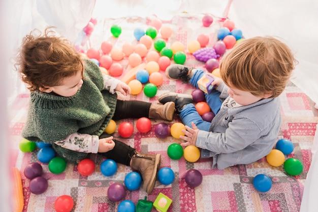 Punto di vista dell'angolo alto dei bambini che si siedono all'interno del tepee