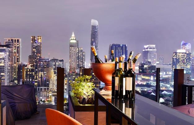 Punto di vista della città di bangkok dalla barra del tetto, trascurante un cielo blu di paesaggio urbano magnifico e la luce della città, tailandia