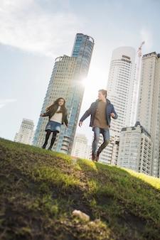 Punto di vista di angolo basso del padre e della figlia che camminano nel parco