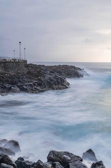 Punto di vista di mesa del mar con lampioni, fotografia a lunga esposizione