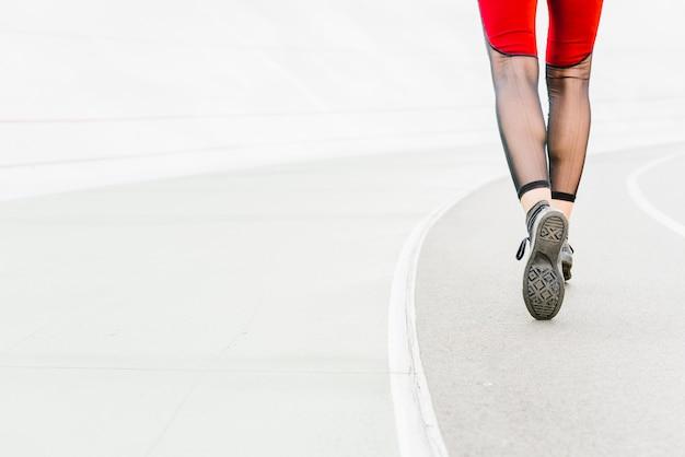 Punto di vista posteriore dell'atleta che fugge