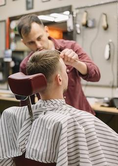 Punto di vista posteriore dell'uomo al barbiere