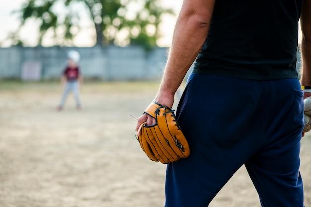Punto di vista posteriore dell'uomo con il guanto da baseball