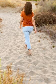 Punto di vista posteriore della donna all'aperto alla spiaggia