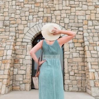 Punto di vista posteriore della donna turistica più anziana