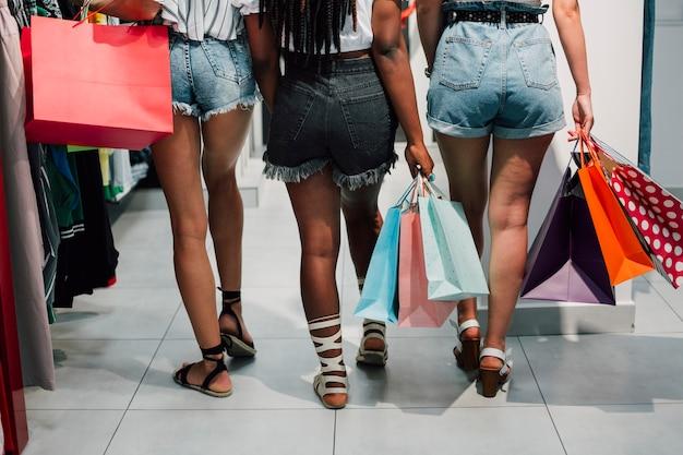 Punto di vista posteriore delle donne allo shopping