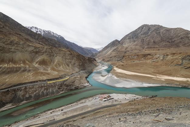 Punto di vista sangam con giornata nuvolosa in let ladakh