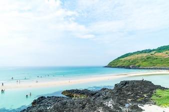 Punto di vista sulla spiaggia di hamdeok nell'isola di Jeju.