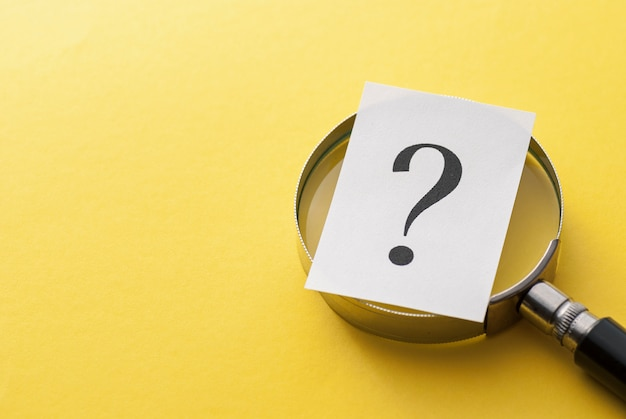 Punto interrogativo stampato che copre una lente d'ingrandimento