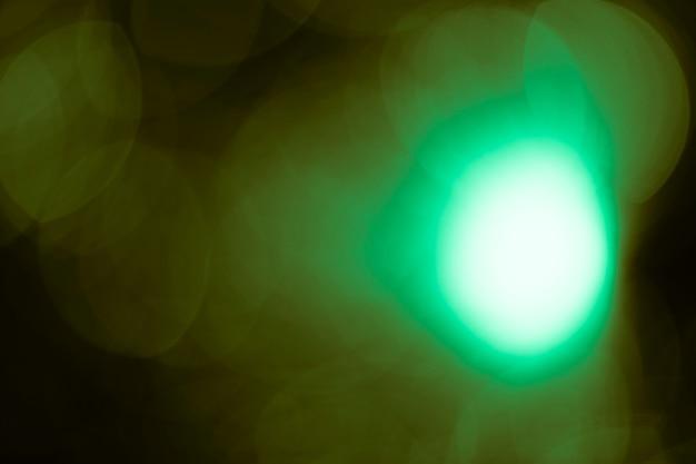 Punto verde con sfondo sfocato