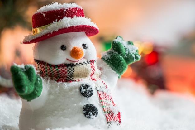 Pupazzo di neve con ornamento illuminazione lampadina notte santa, buon natale e felice anno nuovo.