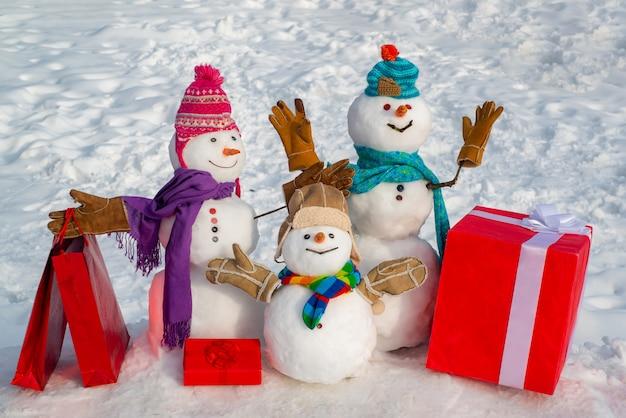 Pupazzo di neve di natale con carrello e regalo di natale