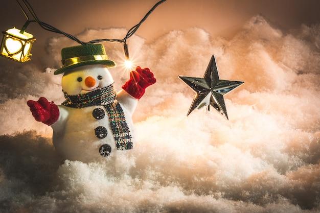 Pupazzo di neve e lampadina nella neve alla notte silenziosa