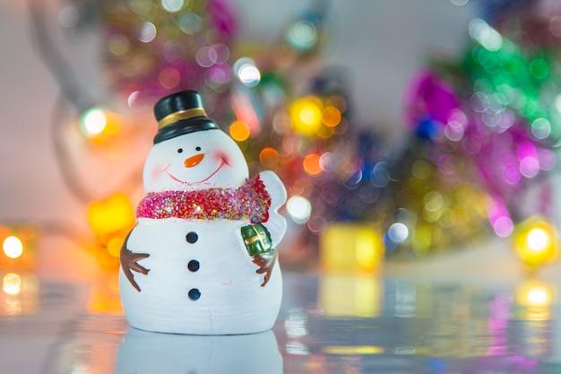 Pupazzo di neve e ornamento di natale decorare per buon natale e felice anno nuovo