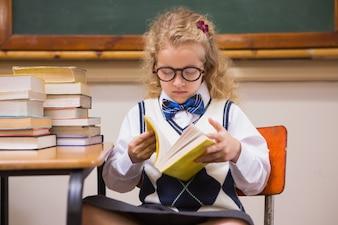 Pupilla bionda che legge un libro