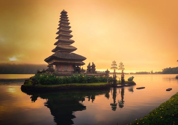 Pura ulun danu bratan, tempio indù sul paesaggio del lago bratan ad alba in bali, indonesia.