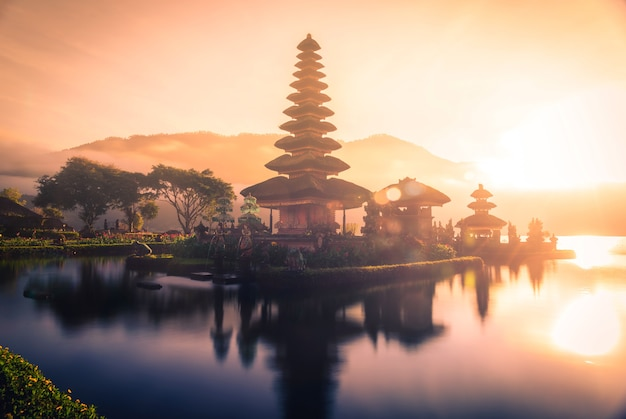 Pura ulun danu bratan, tempio indù sul paesaggio del lago bratan ad alba in bali