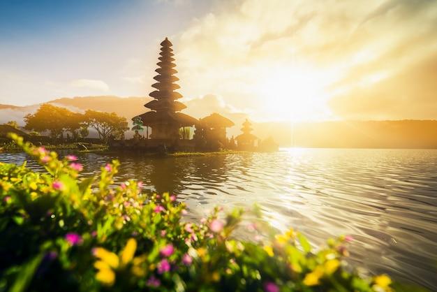 Pura ulun danu bratan, tempio indù sul paesaggio del lago bratan