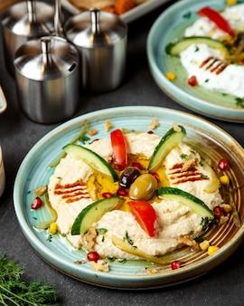Purè con pomodoro a fette, cetriolo e olive