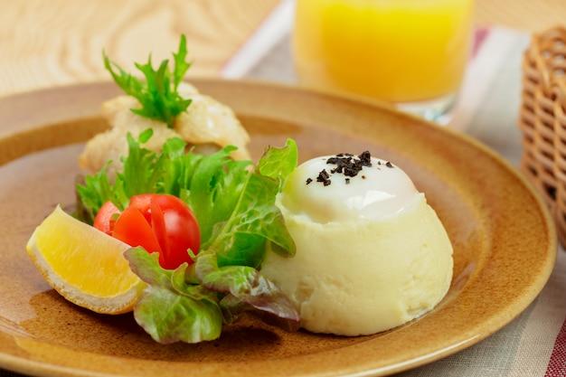 Purè di patate con tuorlo d'uovo e fettina di pesce