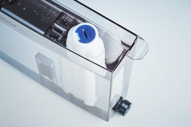 Purificazione dell'acqua del filtro nella fine del contenitore della macchina del caffè in su. elettrodomestici da cucina