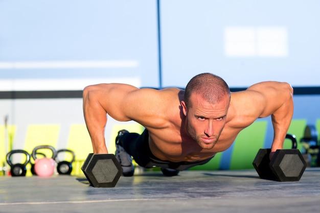 Pushup di forza di palestra uomo push-up con manubri