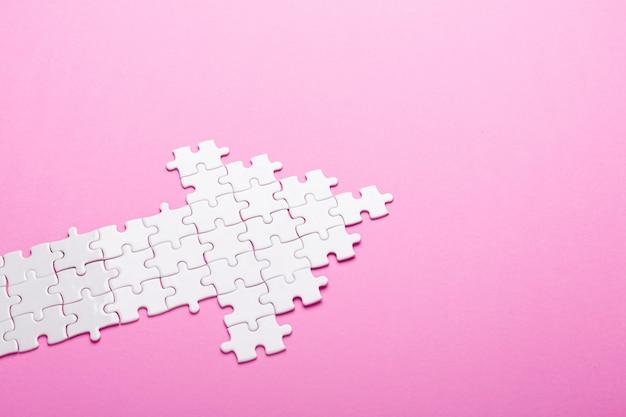 Puzzle bianco puzzle a forma di freccia