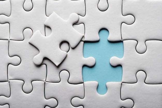 Puzzle con pezzo mancante. pezzi del puzzle mancanti